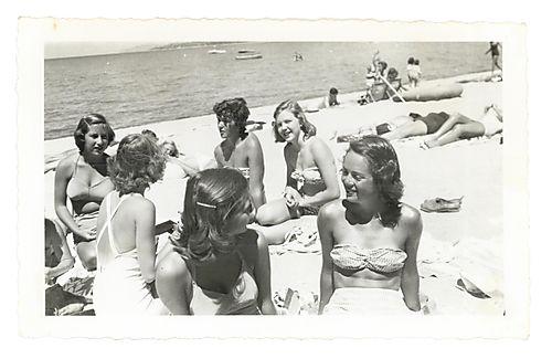 Wyan-sall-195x-sallie with friends at beach